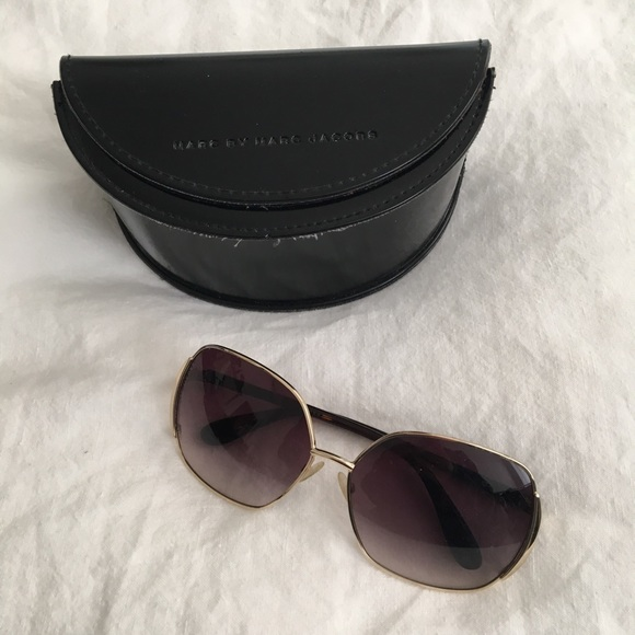 f6cb98c18c4 Marc by Marc Jacobs square sunglasses in gold. M 5bd6710f2e14788eba3cd58e